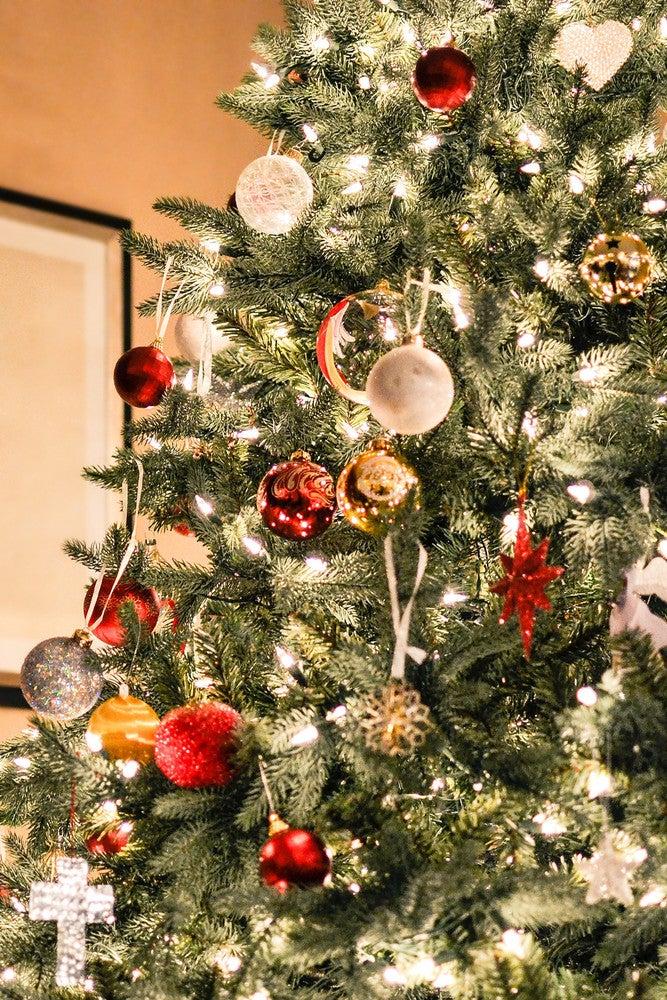 02_ChristmasTree_photo_by_Evelyn_via_Unsplash.jpg