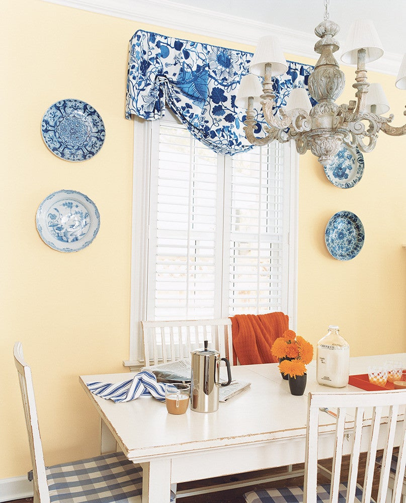dining rooms with statement chandeliers