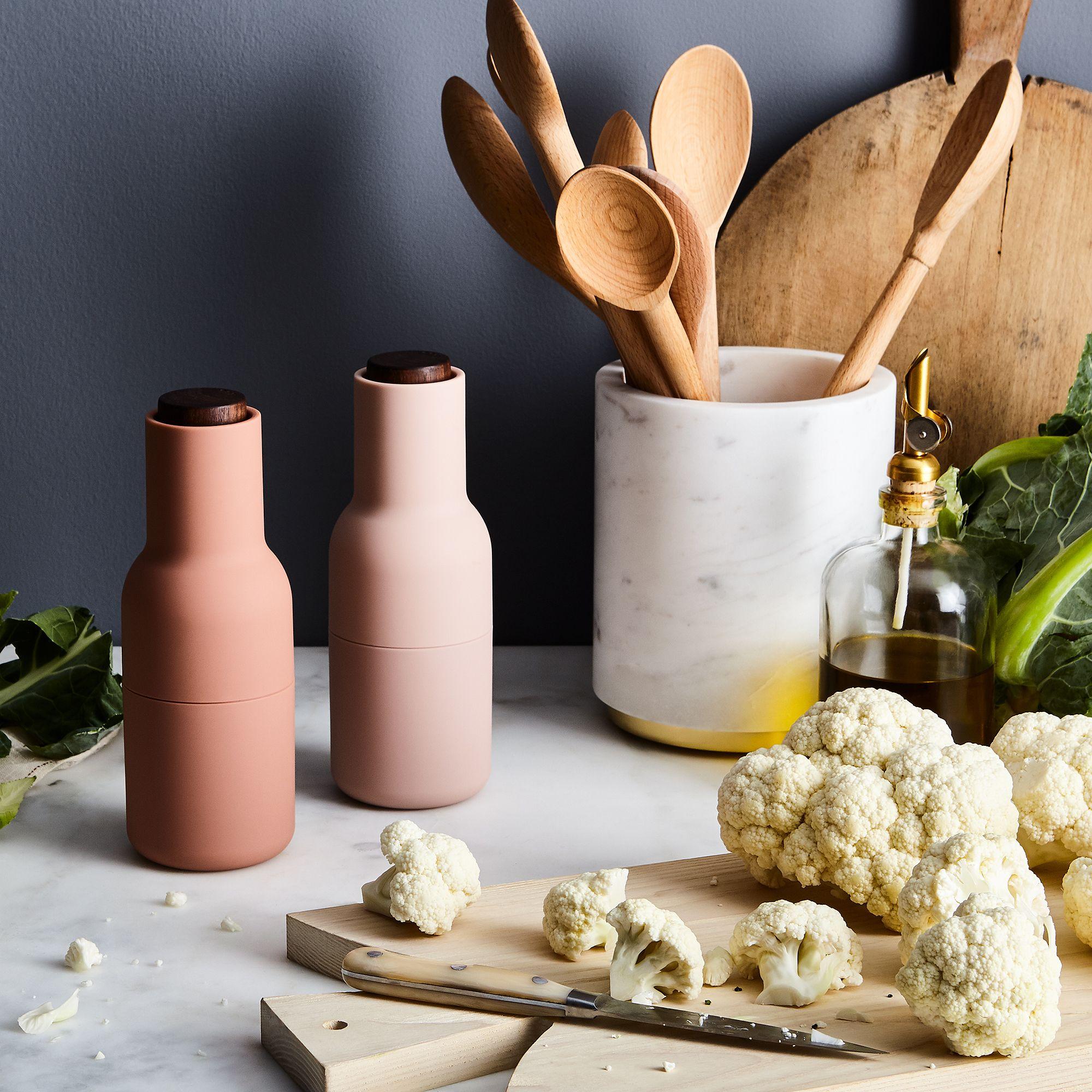05d90c21-4f3f-4550-a554-be6836e9601a–2017-1110_menu_salt-and-pepper-bottle-grinders-with-walnut-lids_nudes_mid_rocky-luten_010