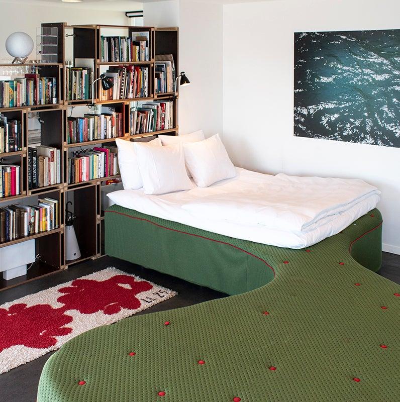 FEATURED_SWEETS-hotel-Amsterdam_bridge-house-211-Sluis-Haveneiland_IJburg_bedroom_bed_dutch-design_Pieke-Bergmans_art_bookshelf-2