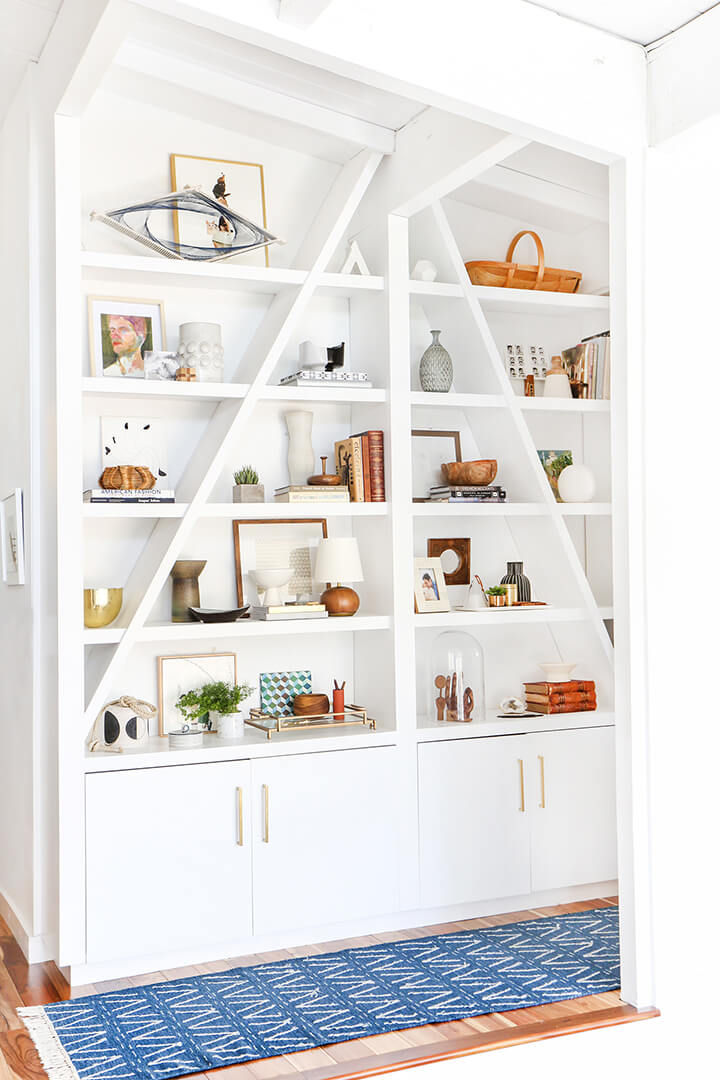FEATURED_3-Steps-to-Styling-Your-Bookcase_Emily-Henderson_midcentury_bookshelf_modern_blue_white_books_final
