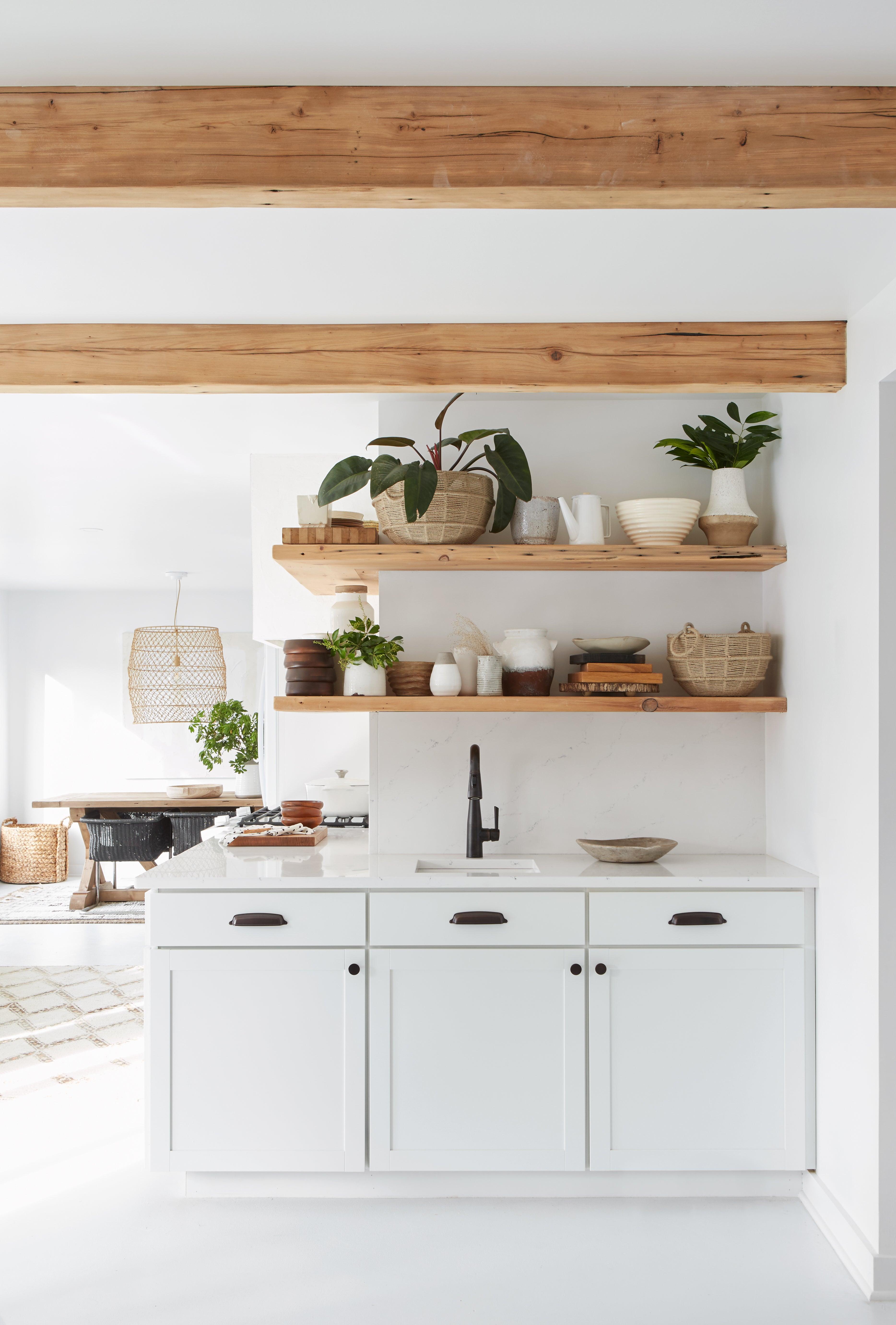 Witte keuken houten accenten