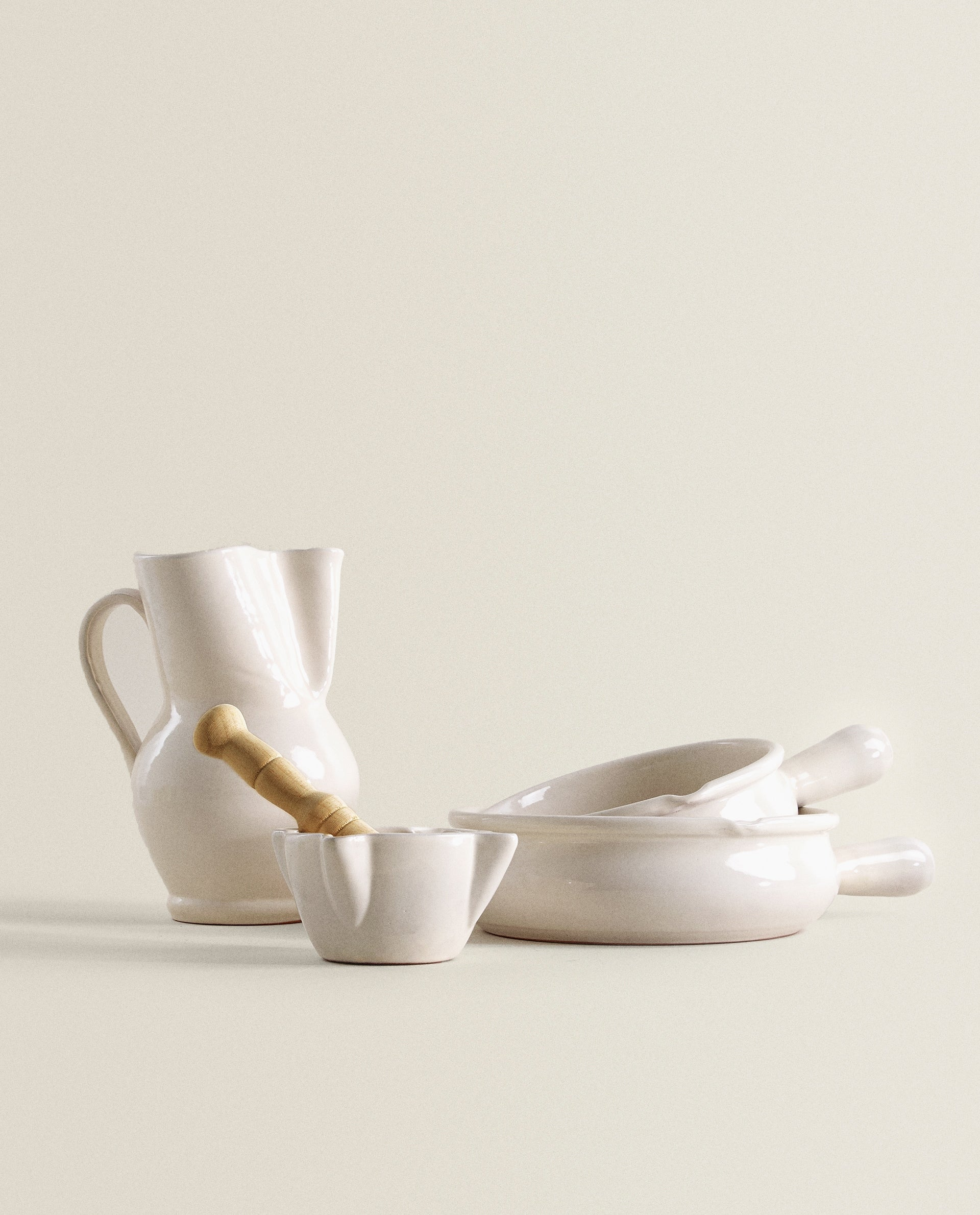 PITCHER, SERVING DISH AND PESTLE AND MORTAR SET