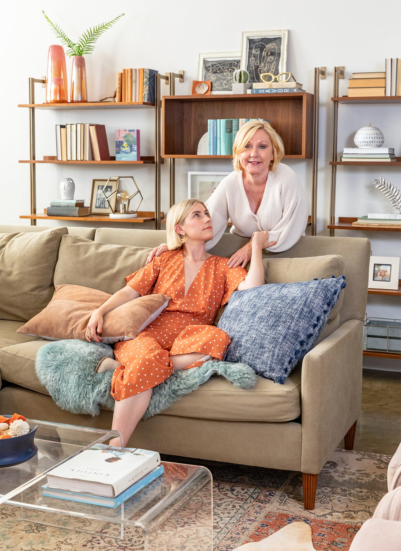 abby pendergrast and her mom sitting on a sofa together