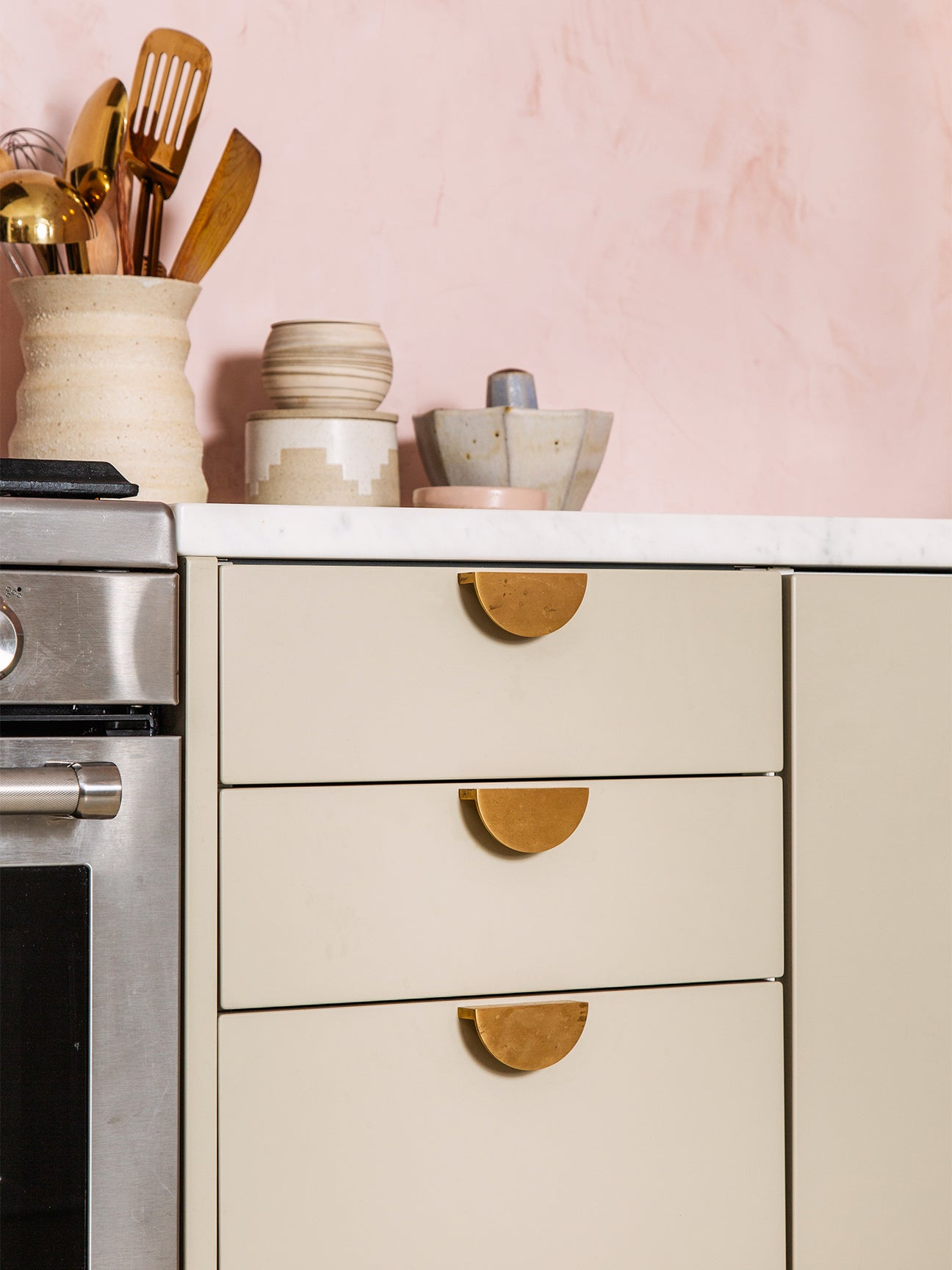 20 Kitchen Cabinet Hardware Options to Upgrade Your Rental Kitchen