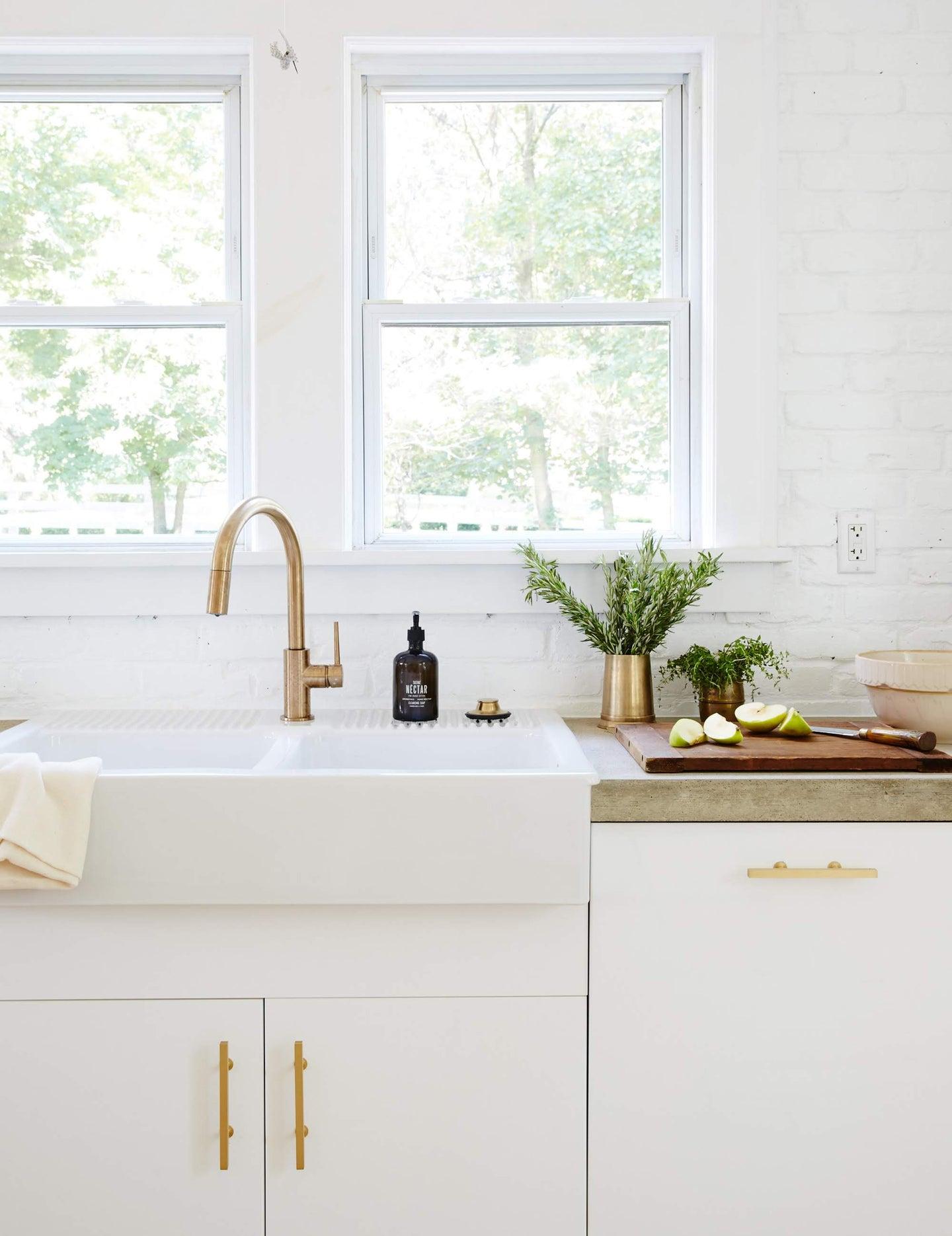 white kitchen wiht farmhouse sink