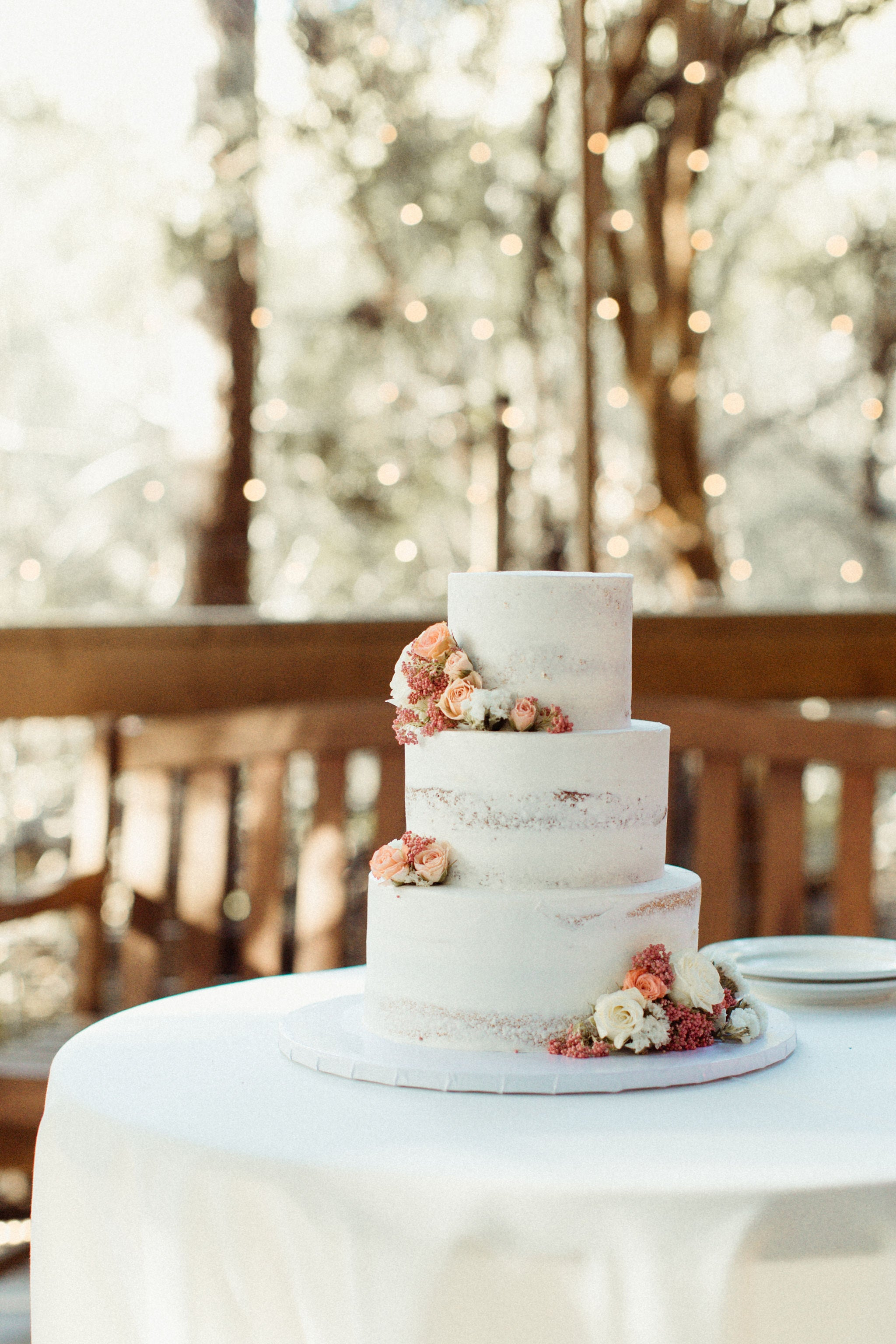 white cake wiht flowers