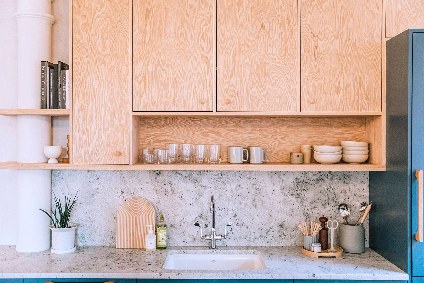 Kitchen cabinets with column