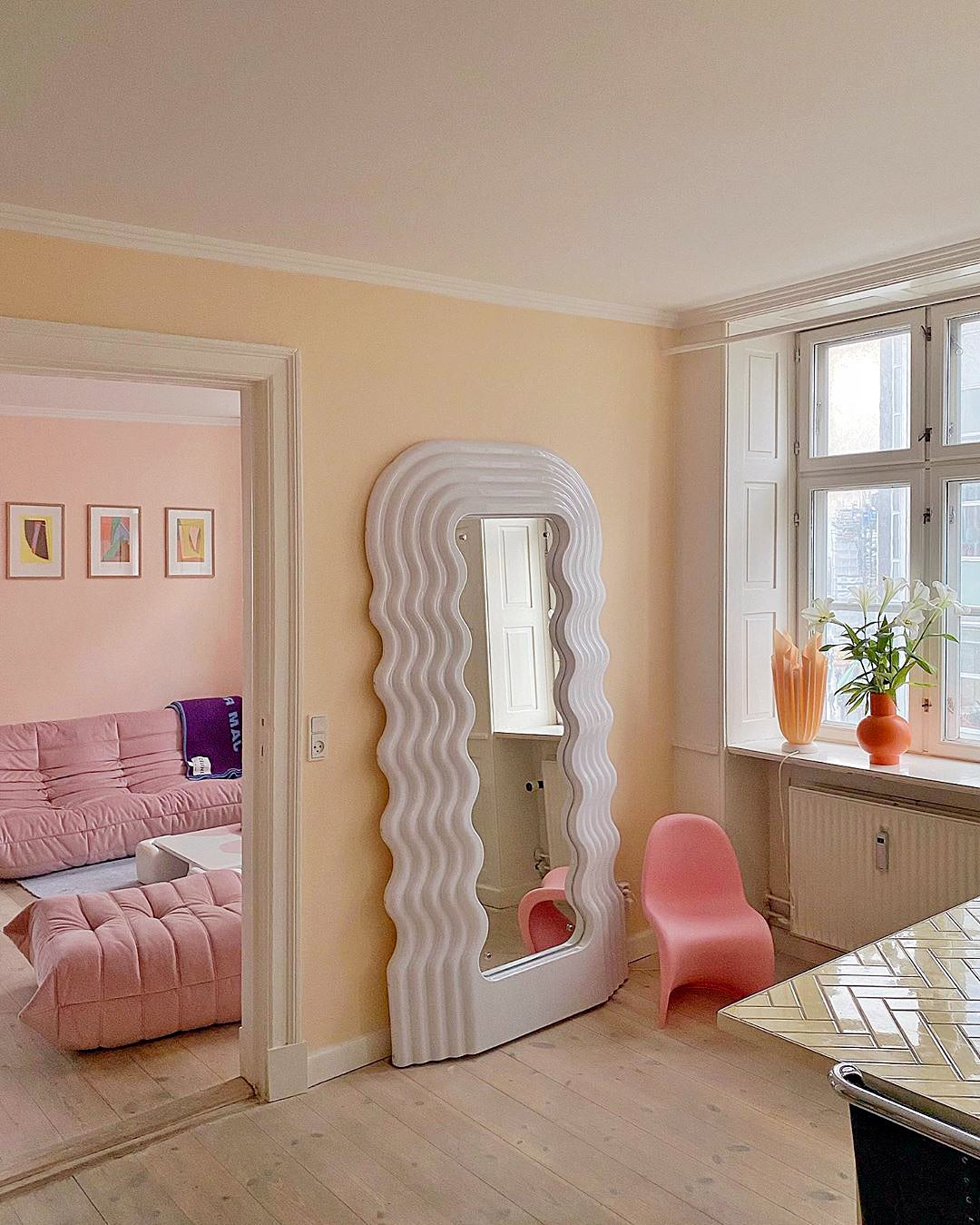 Peach-toned room with ultrafragola mirror