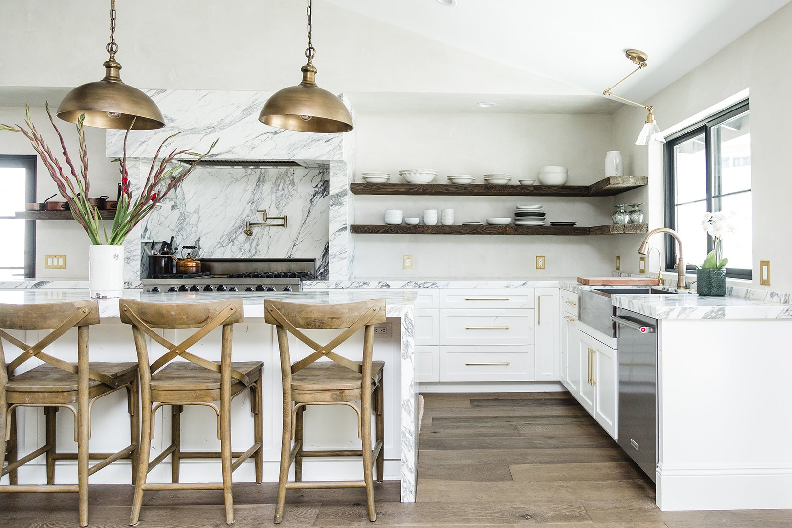 kitchen ilsnad with wood stools