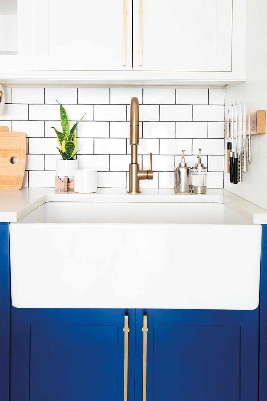 Kitchen sink with metallic knife strip next to it