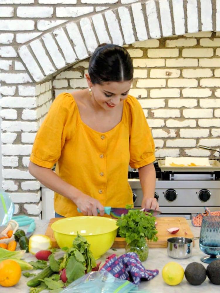 selena-gomez-kitchen-domino (1)