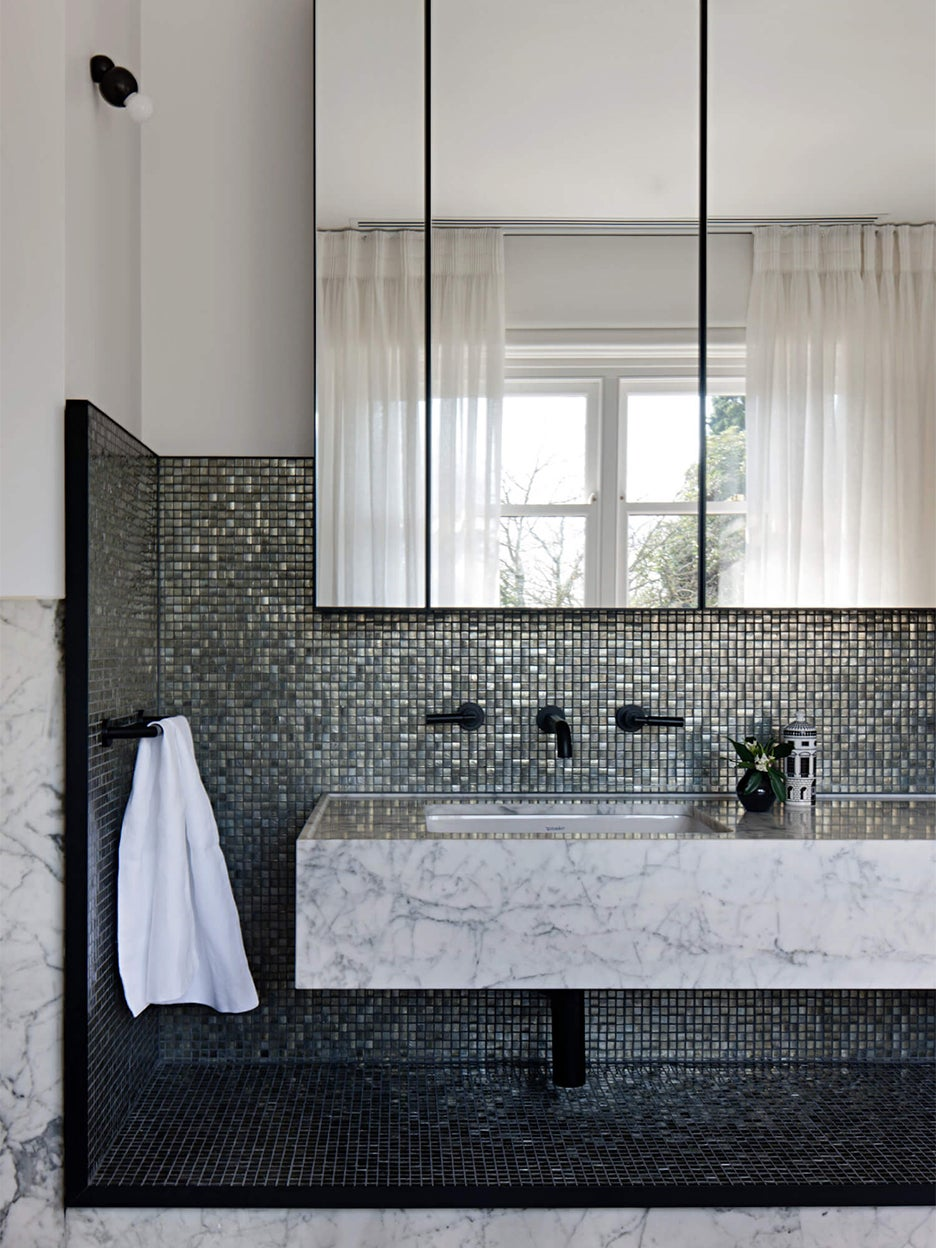 bathroom with grey mosaic tile backsplash