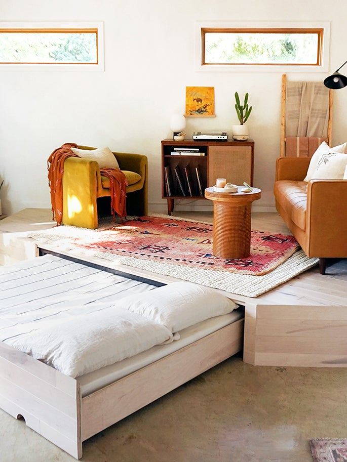A Clever Trundle Bed Transforms This Living Room in 60 Seconds