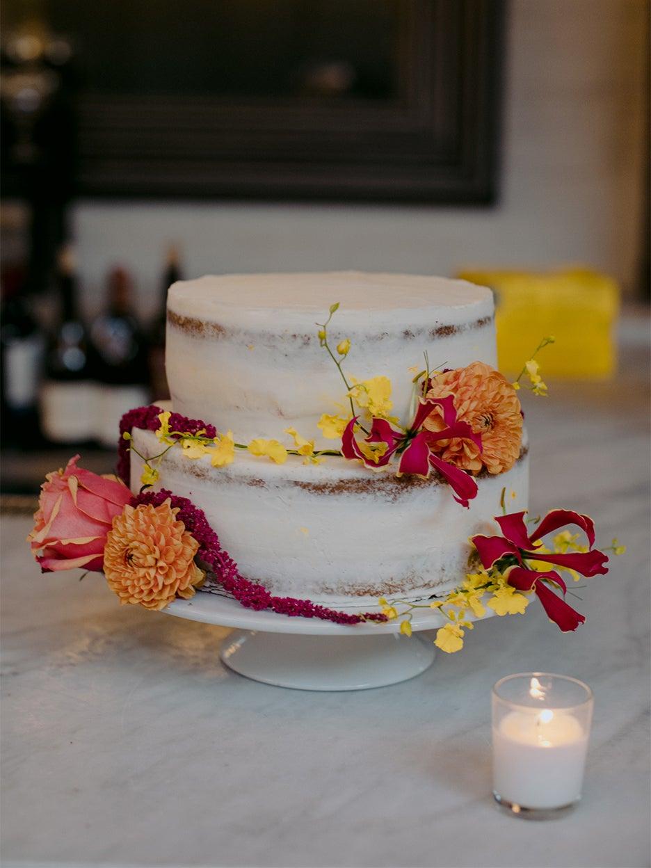 white cake wiht pink flowers