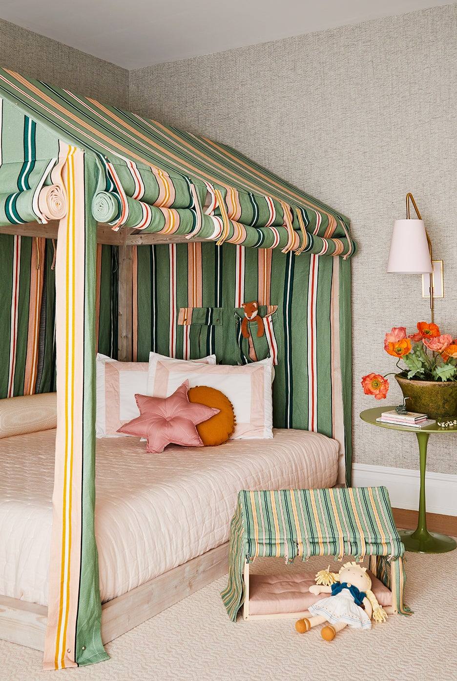 00-FEATURE-Tented-Little-Girl_s-Room-Inspired-Madeline-domino
