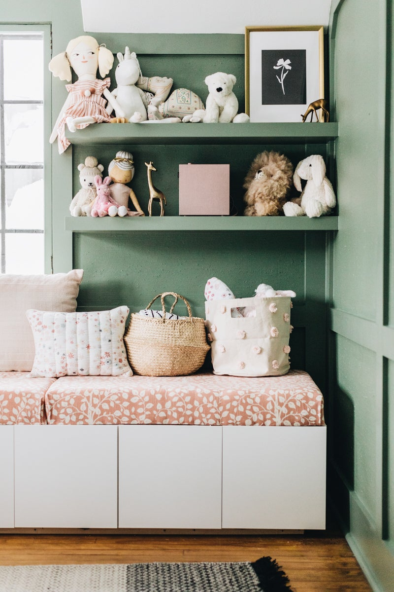 Sage green kids bedrooms - Shelves with toys