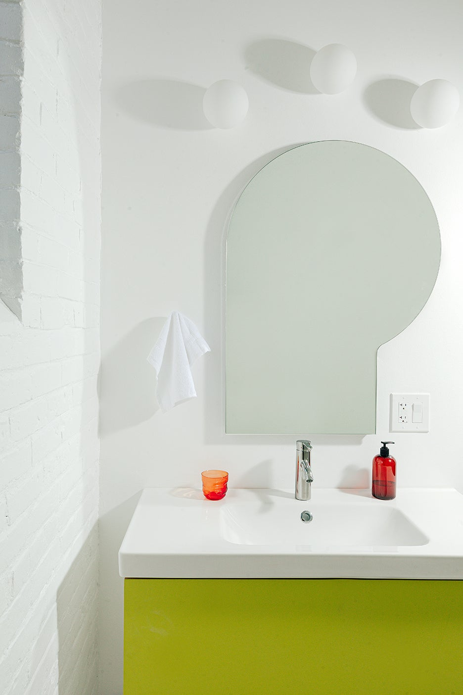 rounded shaped bathromo mirror