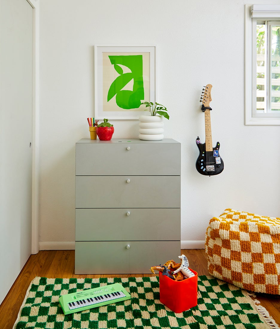 checkered rug and pouf in kids room