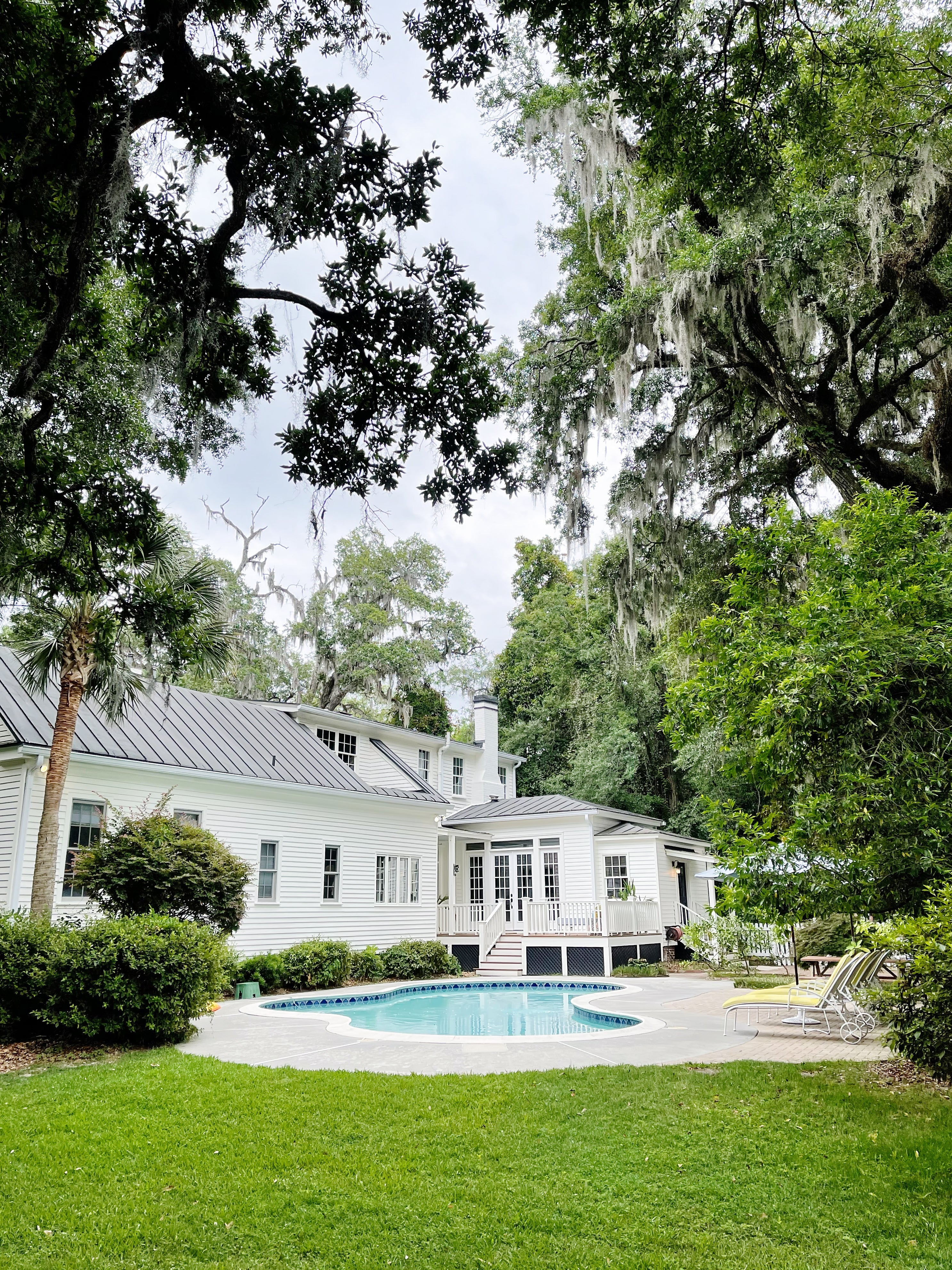 white hosue with big pool