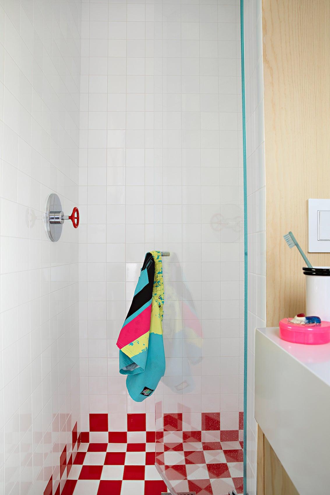 chekcered shower tiles