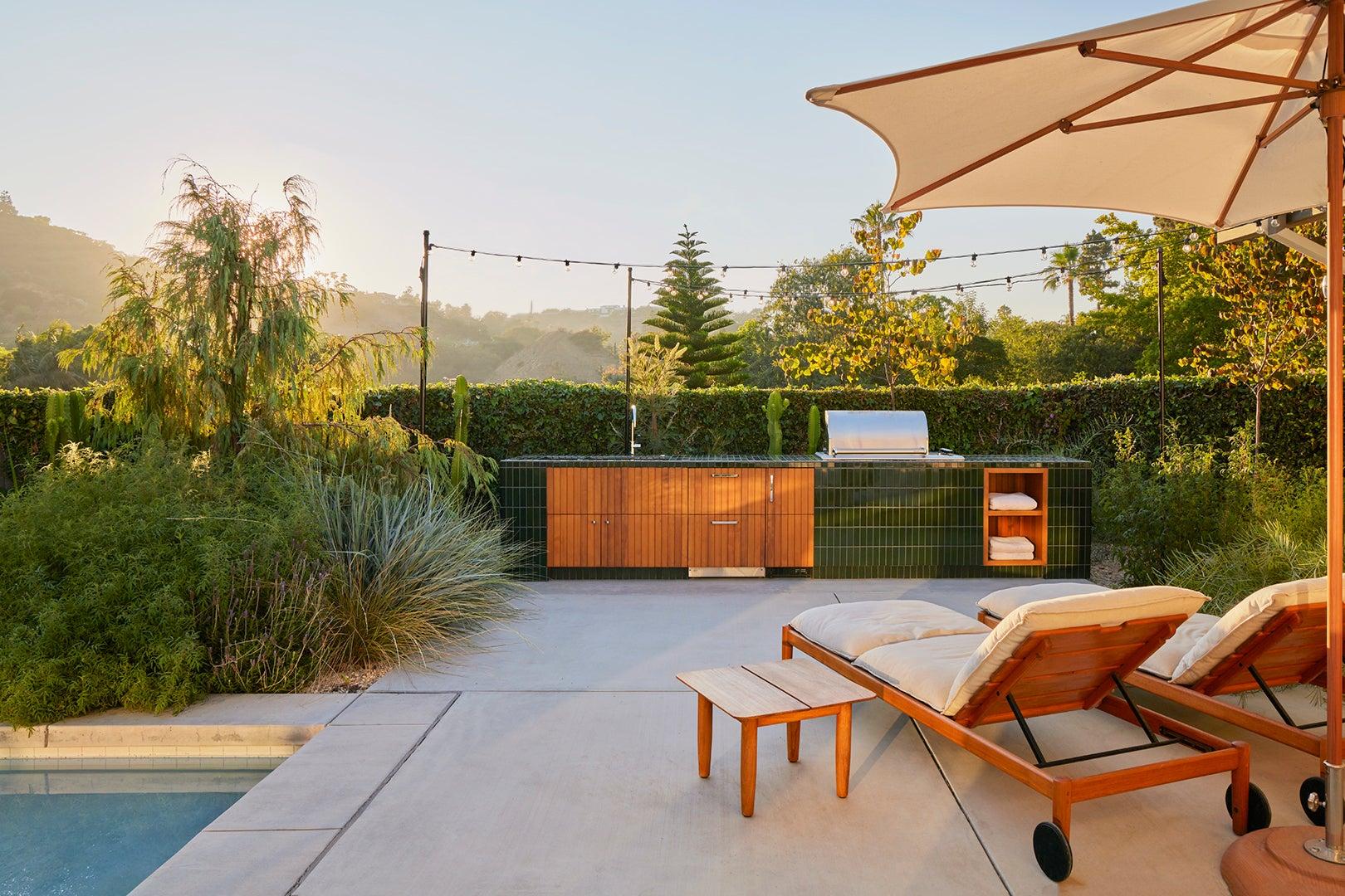00-FEATURE-Tiled-Outdoor-Kitchen-Bright-Idea-domino