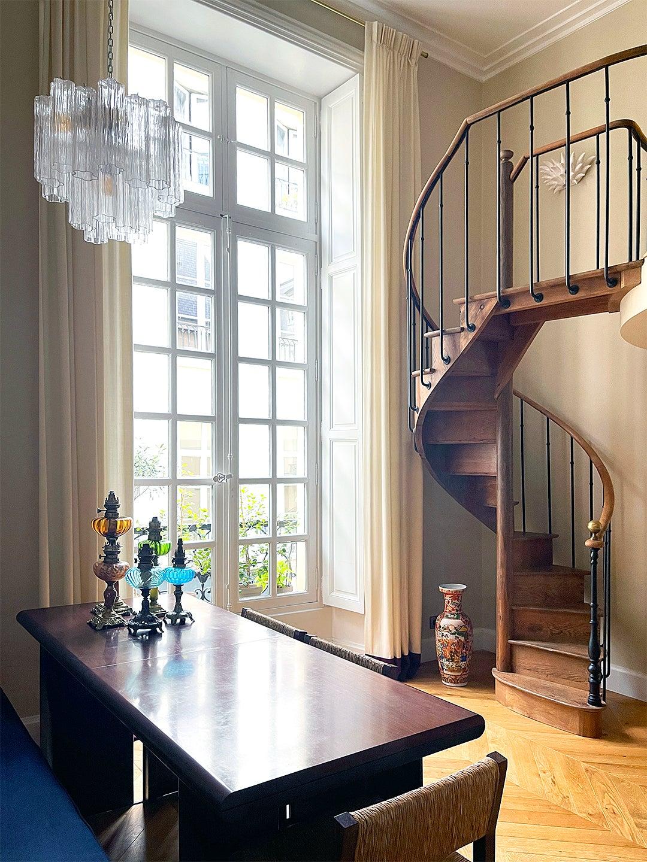 grand living room wiht windows